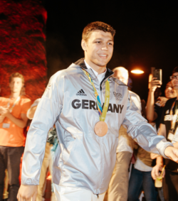 Greco-Roman wrestler Denis Kudla presents his bronze medal© picture alliance