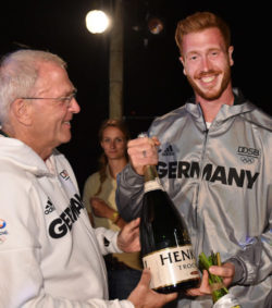 Michael Vesper meets gold-medal winner Christoph Harting © picture alliance