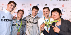 Pianist Lang Lang borrows the bronze medal from the table tennis team with Patrick Franziska, Bastian Steger, Dimitrij Ovtcharov and Timo Boll at the German House © picture alliance