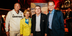 Michael Vesper, Thomas Bach, Claudia Bach and Alfons Hörmann visiting the German House © picture alliance
